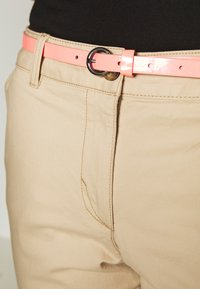TOM TAILOR - BELTED SLIM - Chino - cream toffee - 4