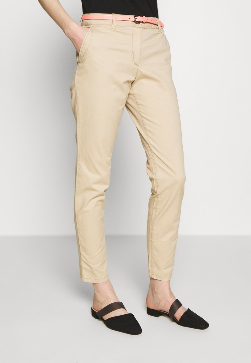 TOM TAILOR - BELTED SLIM - Chino - cream toffee