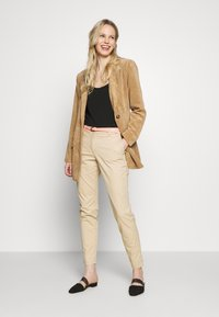TOM TAILOR - BELTED SLIM - Chino - cream toffee - 1