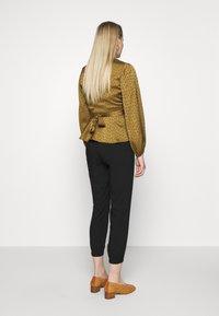 TOM TAILOR - LOOSE FIT PANTS - Spodnie materiałowe - deep black - 2