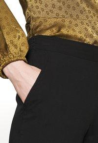 TOM TAILOR - LOOSE FIT PANTS - Spodnie materiałowe - deep black - 4