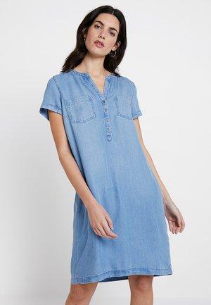 CASUAL DRESS - Denimové šaty - blue denim