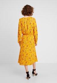 TOM TAILOR - DRESS WITH PINTUCKS - Košilové šaty - yellow - 3