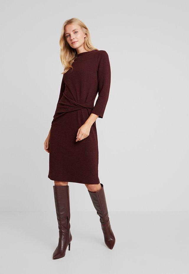 DRESS WITH KNOT - Sukienka etui - deep burgundy red