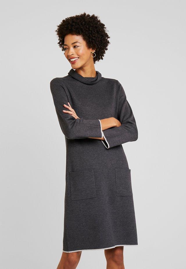 DRESS WITH CONTRAST TIPPINGS - Sukienka dzianinowa - alloy grey melange