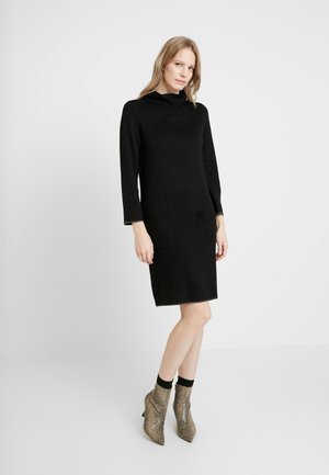 DRESS WITH CONTRAST TIPPINGS - Pletené šaty - deep black
