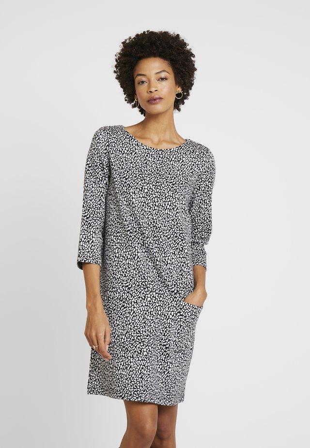 DRESS SHIFT POCKETS LEOPARD - Pletené šaty - black/white