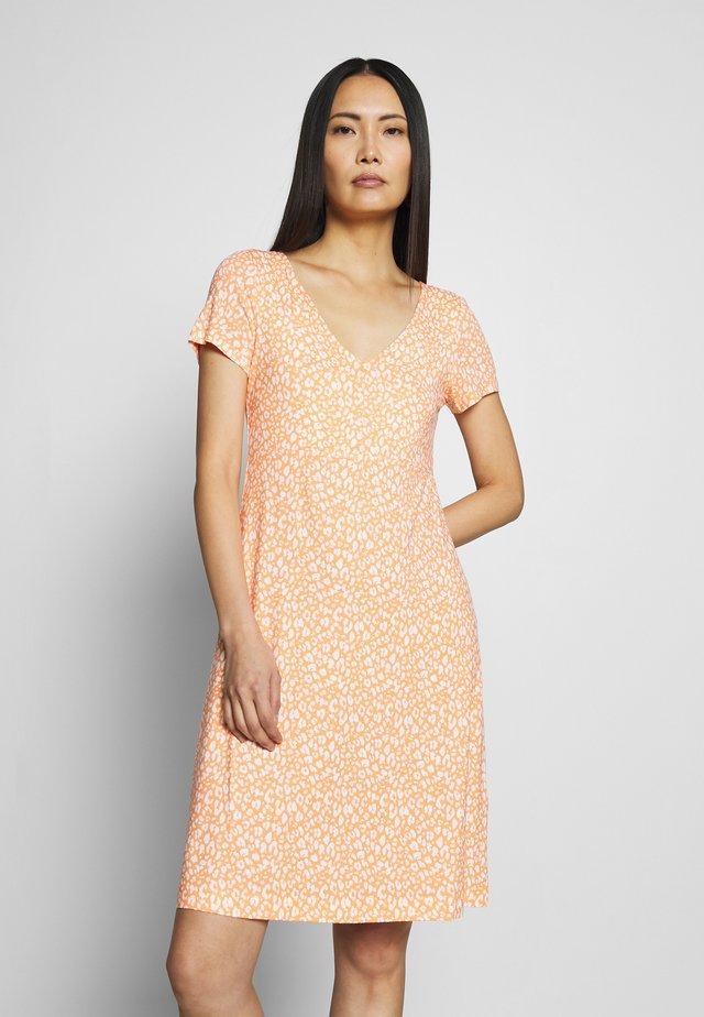 DRESS - Žerzejové šaty - coral
