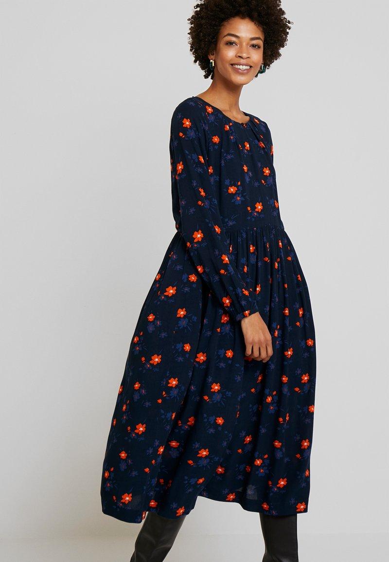 TOM TAILOR - DRESS PRINTED MIDI - Kjole - navy/orange/blue