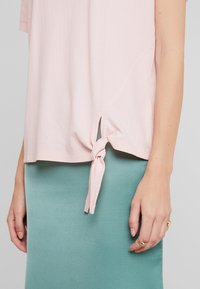 TOM TAILOR - KNOT DETAILING - T-shirt con stampa - summer lotus - 3