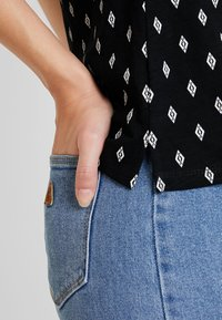 TOM TAILOR - HENLEY WITH PRINT - T-shirt z nadrukiem - black/grey - 3