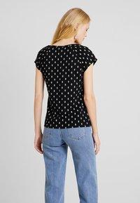 TOM TAILOR - HENLEY WITH PRINT - T-shirt z nadrukiem - black/grey - 2
