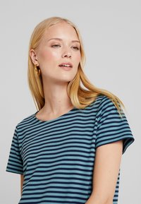 TOM TAILOR - STRUCTURE STRIPE - T-shirt imprimé - mint navy - 4