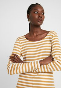 TOM TAILOR - BASIC STRIPED - T-shirt à manches longues - offwhite/camel brown - 4