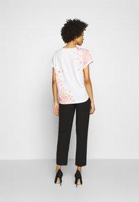 TOM TAILOR - SLUB PLACED PRINT - T-shirt z nadrukiem - whisper white - 2