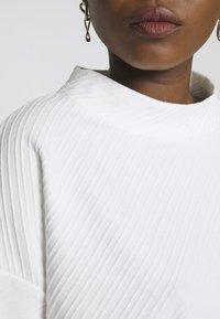 TOM TAILOR - BOXY STAND UP COLLAR - Bluzka z długim rękawem - whisper white - 4