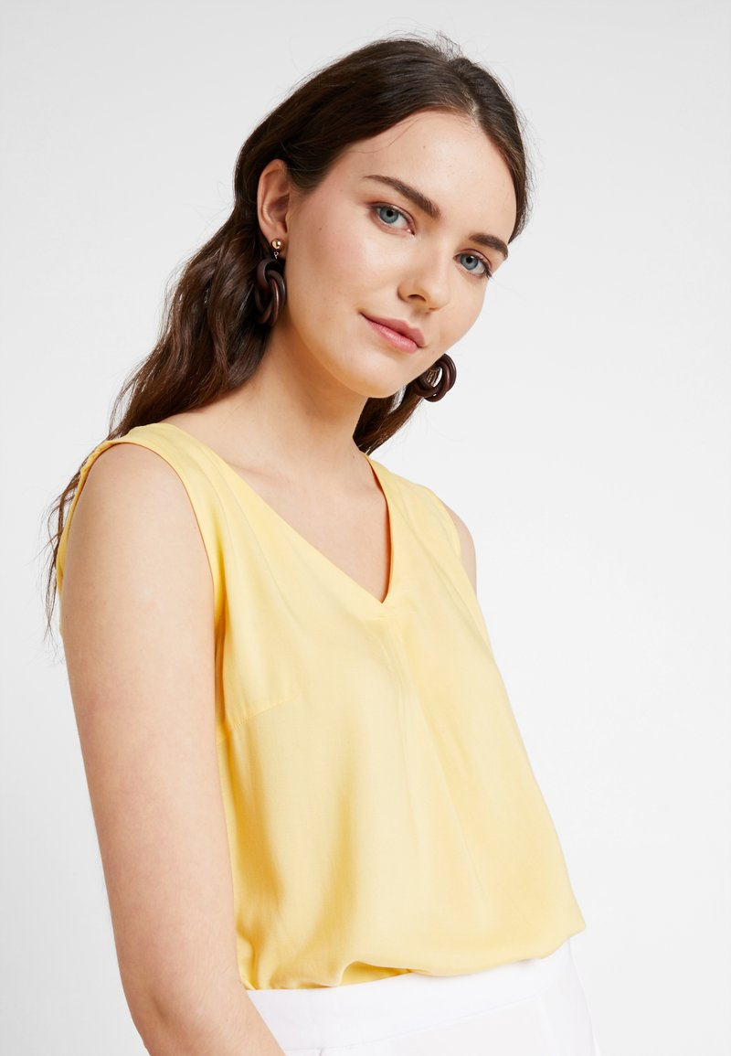 TOM TAILOR - SLEEVELESS BLOUSE WITH V NECK - Bluser - daylily yellow
