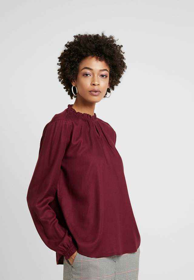 BLOUSE WITH TIED NECK - Bluser - deep burgundy red