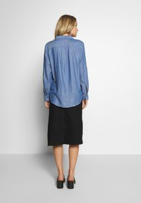 TOM TAILOR - BLOUSE WITH DOUBLE FACE FABRIC - Overhemdblouse - kentucky blue - 2