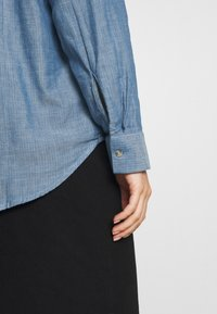 TOM TAILOR - BLOUSE WITH DOUBLE FACE FABRIC - Overhemdblouse - kentucky blue - 6