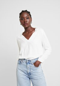 TOM TAILOR - T-SHIRT FABRIC MIX V-NECK - Blouse - whisper white - 0