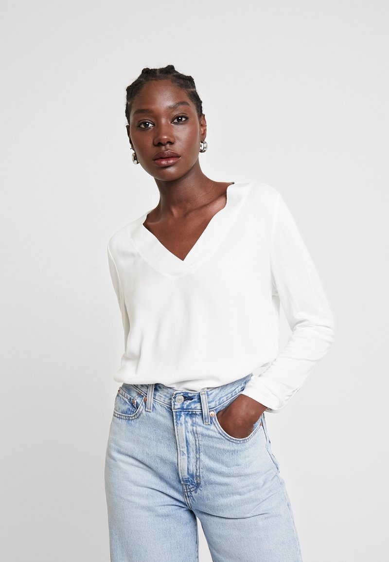 TOM TAILOR - T-SHIRT FABRIC MIX V-NECK - Blouse - whisper white