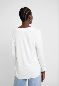 TOM TAILOR - T-SHIRT FABRIC MIX V-NECK - Blouse - whisper white - 2