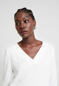 TOM TAILOR - T-SHIRT FABRIC MIX V-NECK - Blouse - whisper white - 3