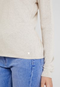 TOM TAILOR - BASIC V NECK - Sweter - cloud grey melange/brown - 4