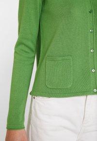 TOM TAILOR - SMALL BUTTONED UP - Chaqueta de punto - sundried turf green - 4