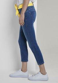 TOM TAILOR - MIT BINDEGÜRTEL - Jeans slim fit - used mid stone blue denim - 3
