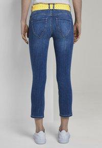 TOM TAILOR - MIT BINDEGÜRTEL - Jeans slim fit - used mid stone blue denim - 2