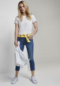TOM TAILOR - MIT BINDEGÜRTEL - Jeans slim fit - used mid stone blue denim - 1