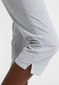 TOM TAILOR - TAPERED RELAXED - Shorts - blue - 6