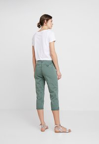 TOM TAILOR - TAPERED RELAXED - Shorts - pale bark green - 2