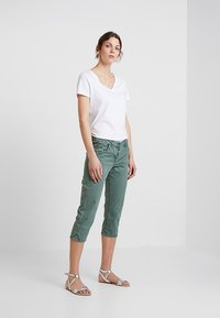 TOM TAILOR - TAPERED RELAXED - Shorts - pale bark green - 1