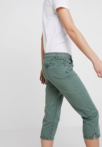 TOM TAILOR - TAPERED RELAXED - Shorts - pale bark green - 4