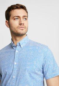 TOM TAILOR - FLOYD PRINTED - Skjorter - blue - 4