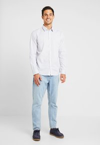 TOM TAILOR - RAY MINI PRINT REGULAR FIT - Skjorta - light blue - 1