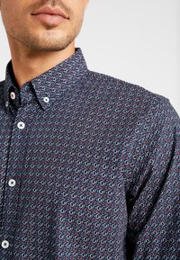 TOM TAILOR - RAY MINI PRINT REGULAR FIT - Skjorta - navy/red/blue - 5