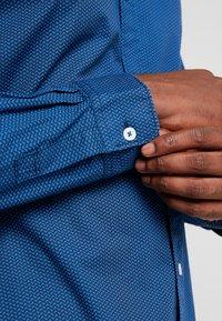 TOM TAILOR - RAY MINI PRINT REGULAR FIT - Skjorta - geometrical blue - 5