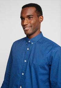 TOM TAILOR - RAY MINI PRINT REGULAR FIT - Skjorta - geometrical blue - 3