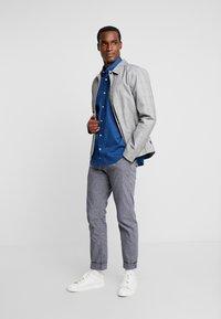 TOM TAILOR - RAY MINI PRINT REGULAR FIT - Skjorta - geometrical blue - 1
