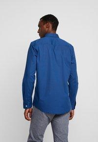 TOM TAILOR - RAY MINI PRINT REGULAR FIT - Skjorta - geometrical blue - 2