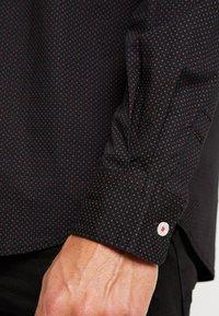 TOM TAILOR - RAY MINI PRINT REGULAR FIT - Skjorta - black/red/grey - 5