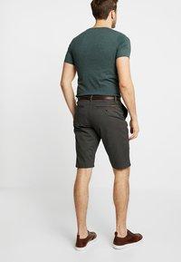 TOM TAILOR - ESSENTIAL - Shorts - grey houndstooth design - 2