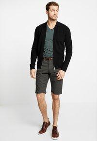 TOM TAILOR - ESSENTIAL - Shorts - grey houndstooth design - 1