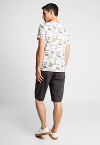 TOM TAILOR - STRUCTURE - Shorts - grey - 2