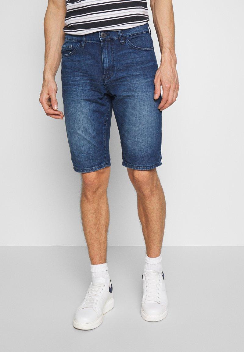 TOM TAILOR - JEANSHOSEN JOSH REGULAR SLIM JEANS-SHORTS IN VINTAGE-WASHUNG - Shorts di jeans - mid stone wash denim