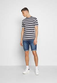 TOM TAILOR - JEANSHOSEN JOSH REGULAR SLIM JEANS-SHORTS IN VINTAGE-WASHUNG - Shorts di jeans - mid stone wash denim - 1